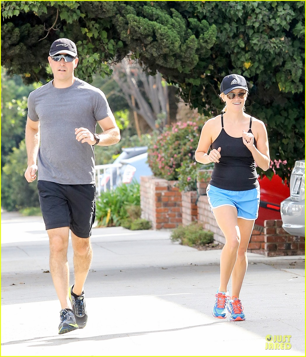 reese witherspoon jim toth jog the weekend away 123036181