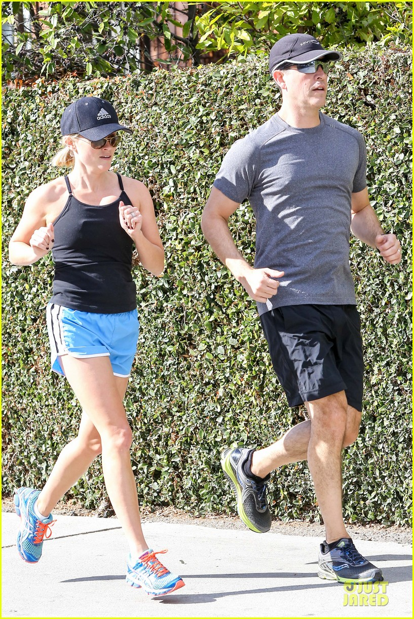 reese witherspoon jim toth jog the weekend away 153036184