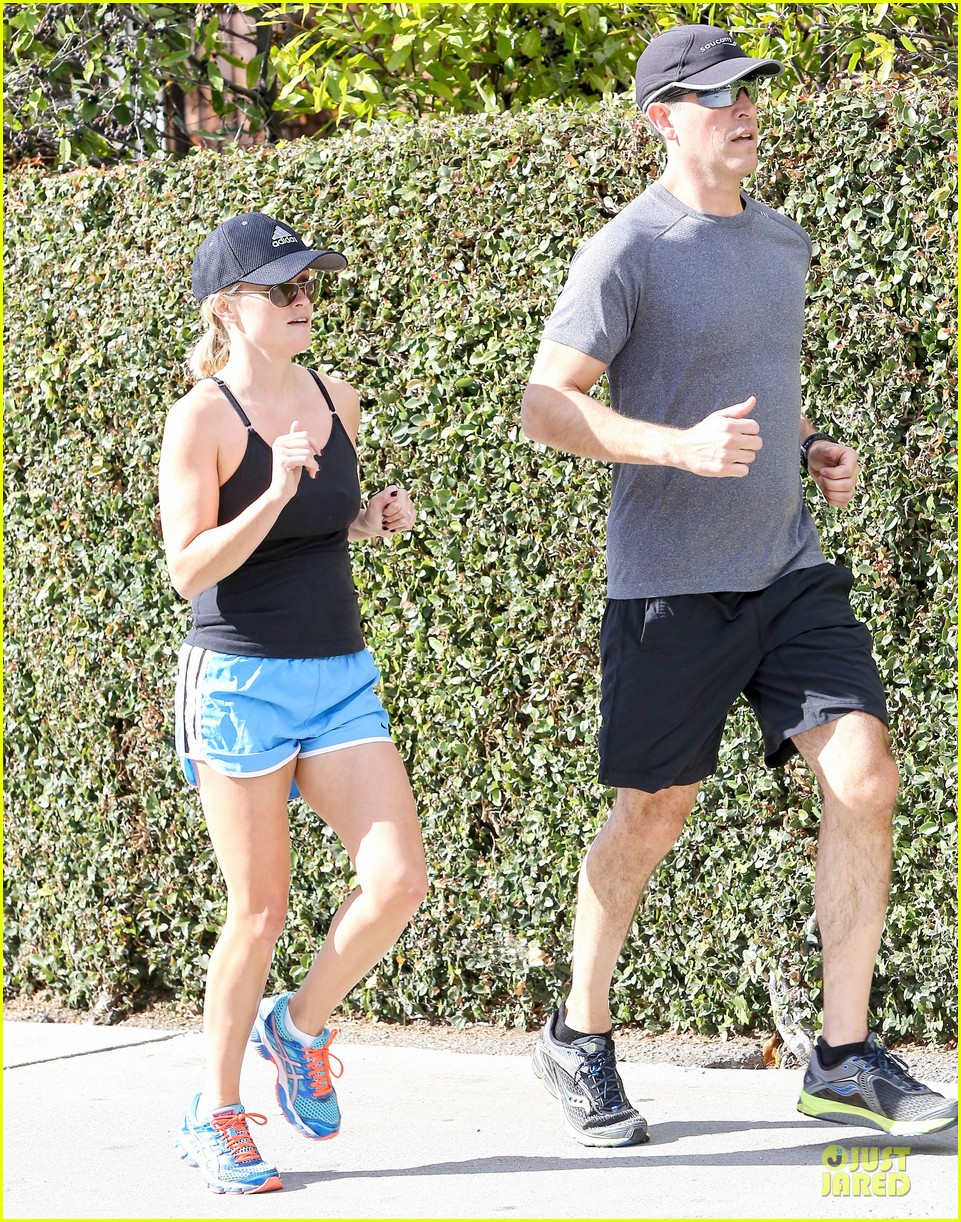 reese witherspoon jim toth jog the weekend away 16
