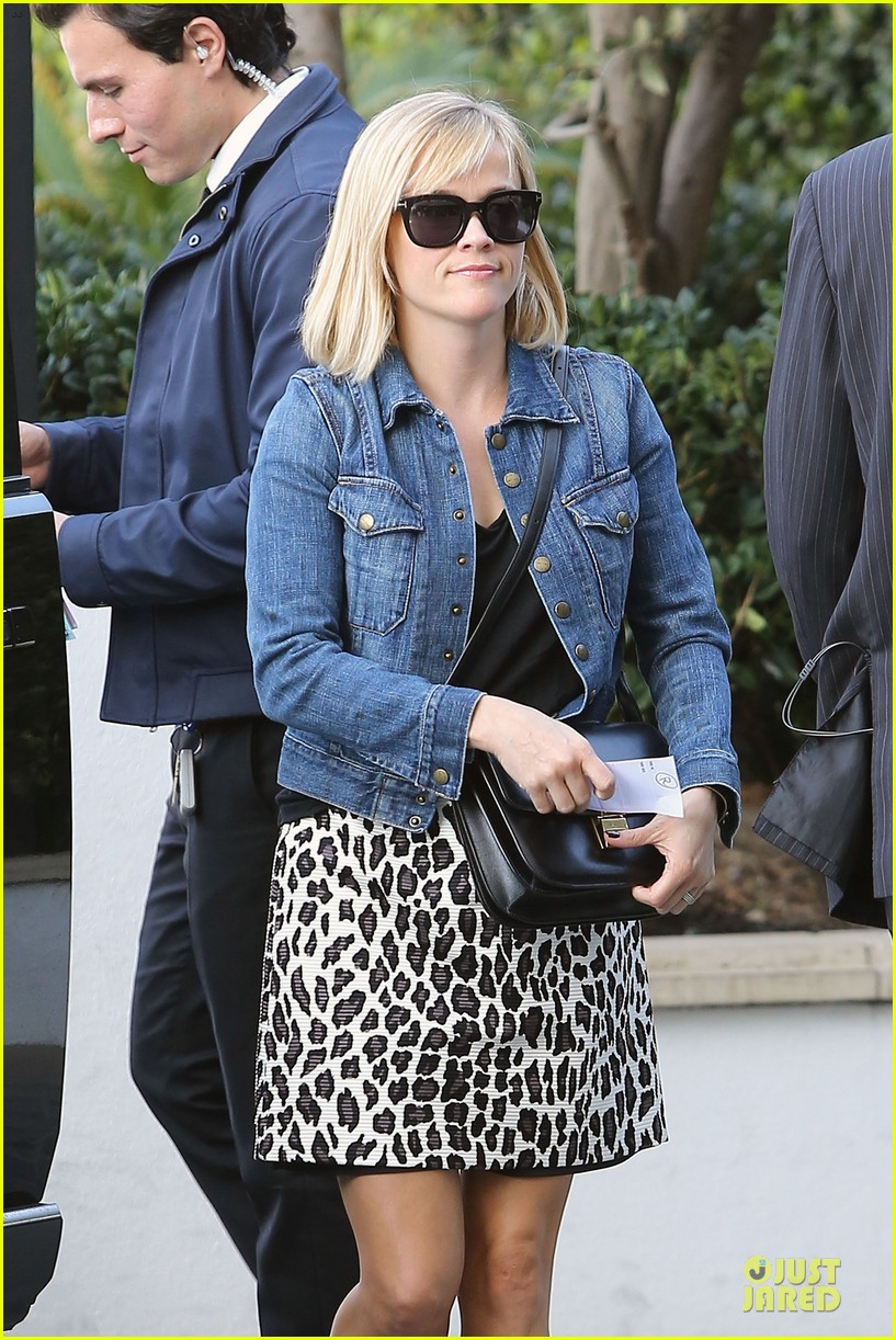 reese witherspoon leopard print babe before golden globes 02
