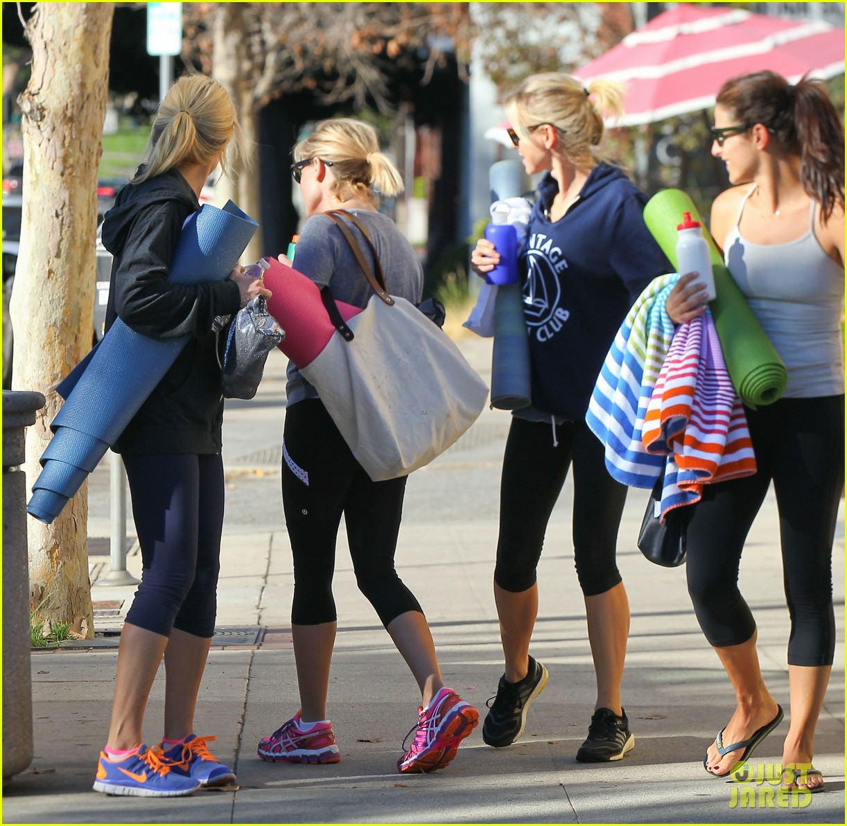 reese witherspoon naomi watts yoga workout buddies 05