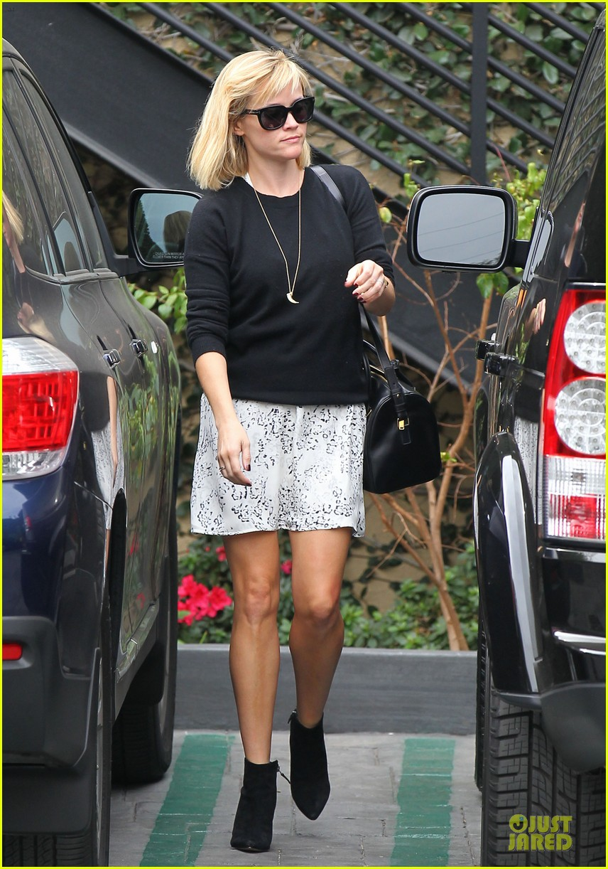 reese witherspoon pampering session after morning workout 013037246