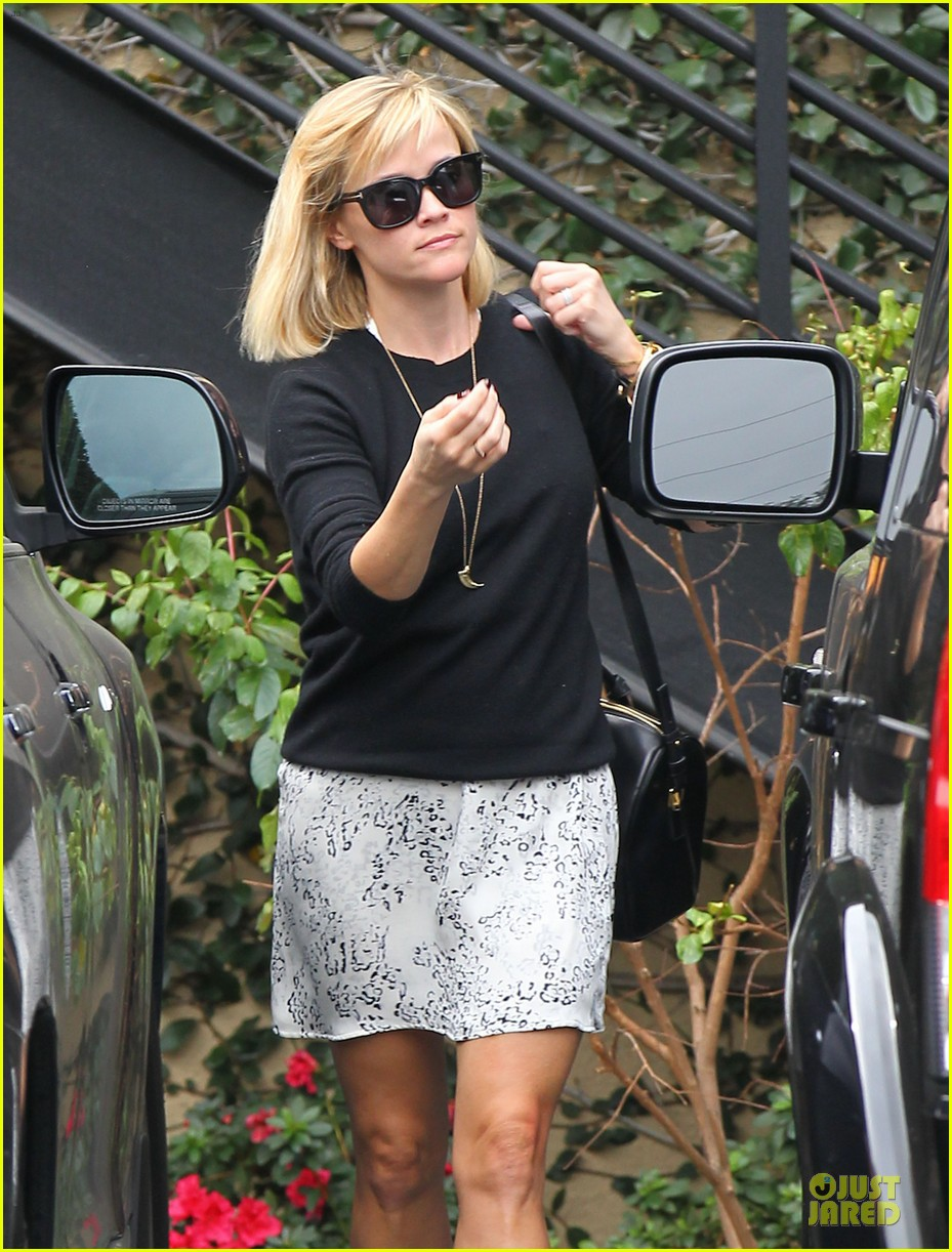 reese witherspoon pampering session after morning workout 023037247