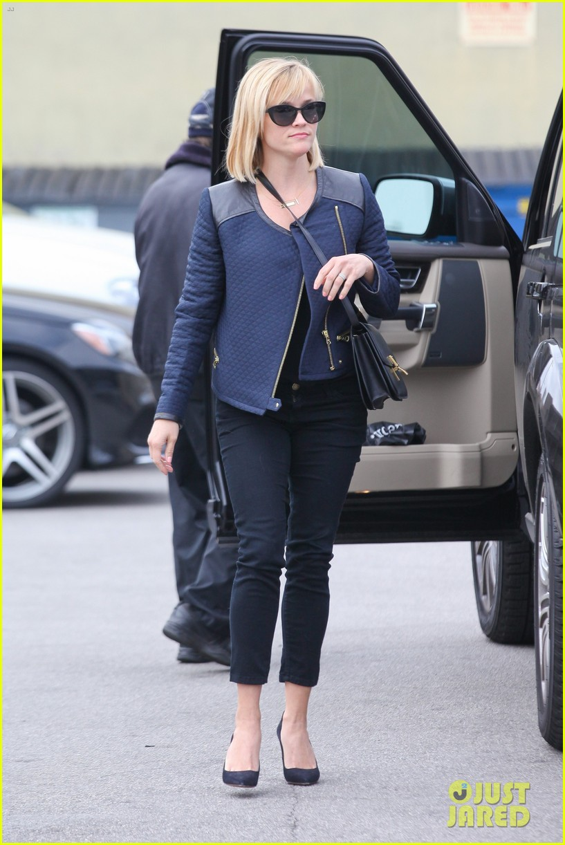 reese witherspoon golden globes presenter this weekend 033026388