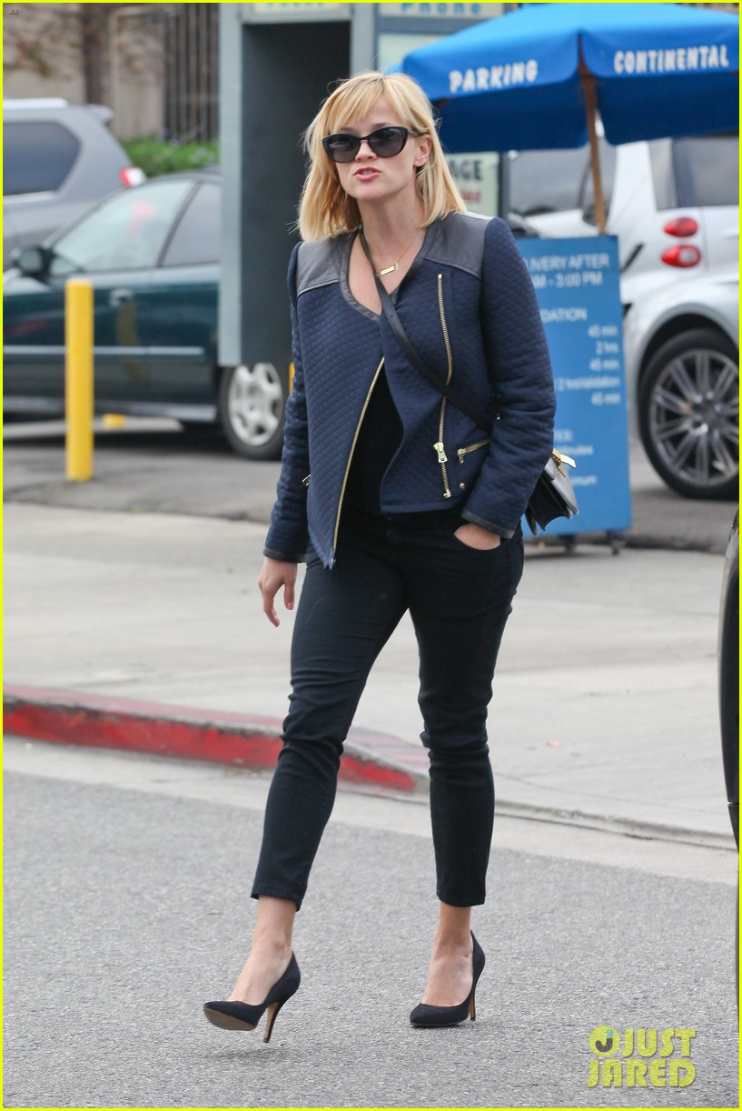 reese witherspoon golden globes presenter this weekend 143026399