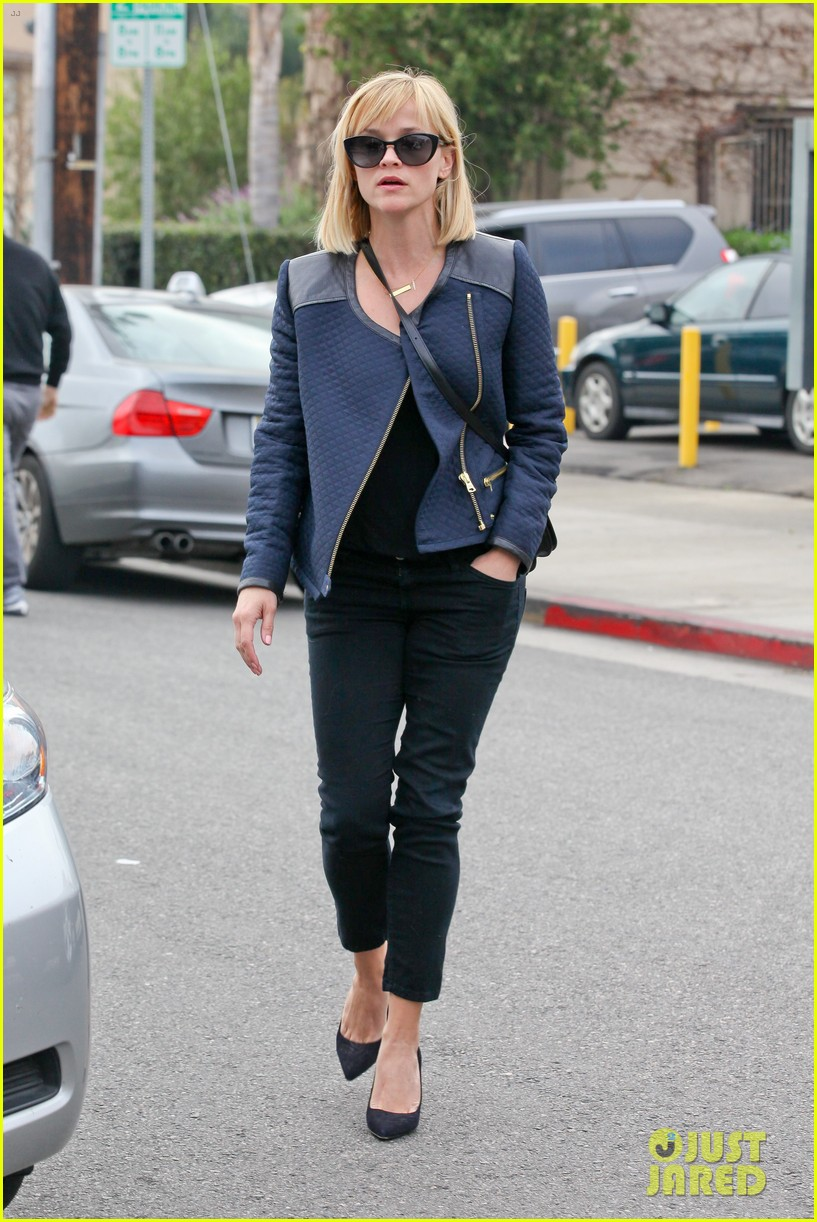 reese witherspoon golden globes presenter this weekend 153026400