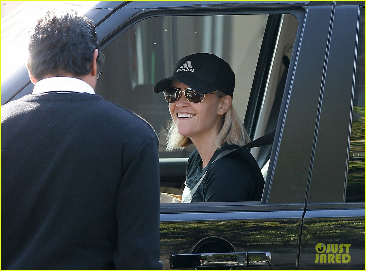 reese witherspoon golden globes presenter this weekend 233026408