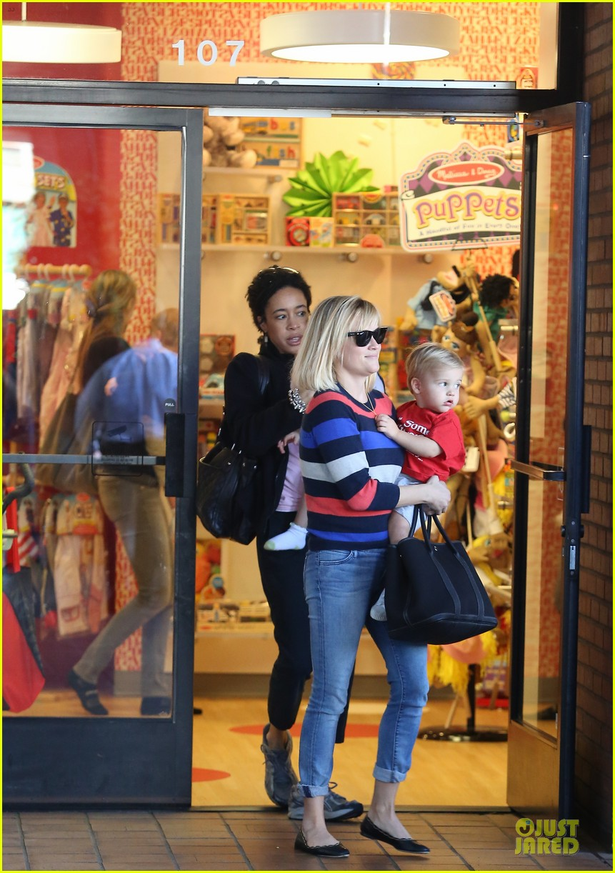 reese witherspoon shopping trips after golden globes 013031295