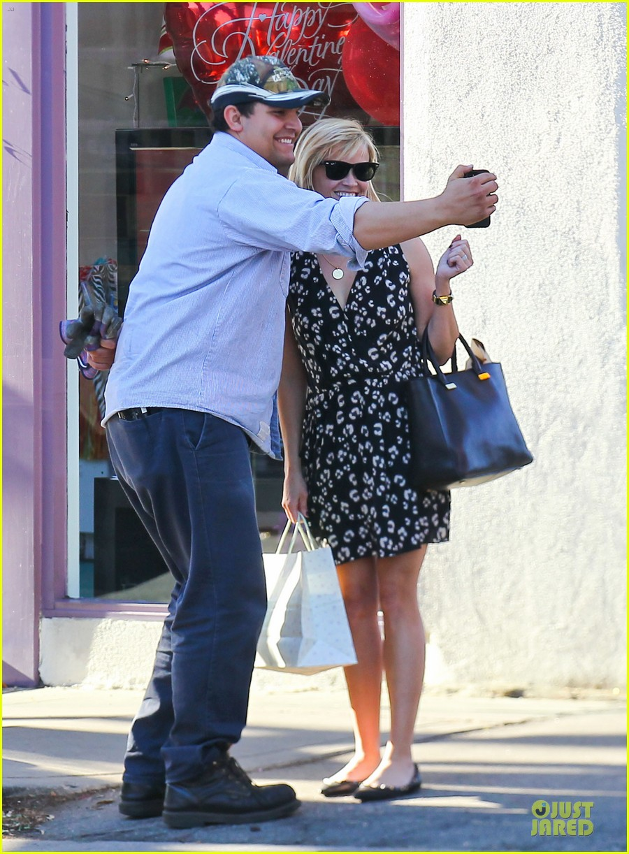 reese witherspoon shopping trips after golden globes 033031297