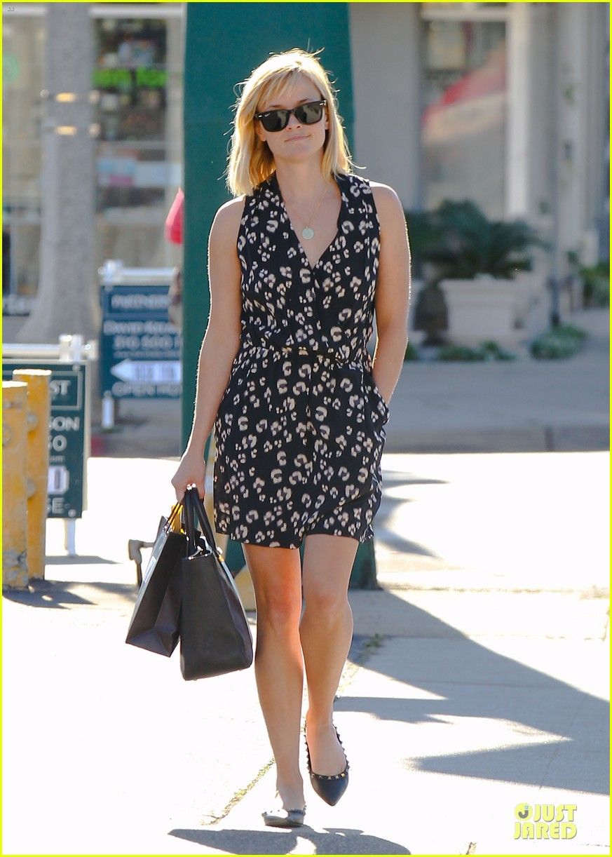 reese witherspoon shopping trips after golden globes 043031298