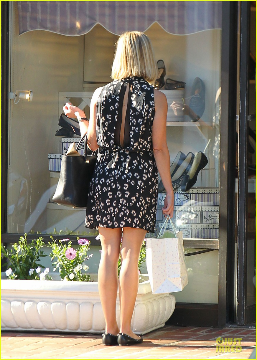reese witherspoon shopping trips after golden globes 053031299