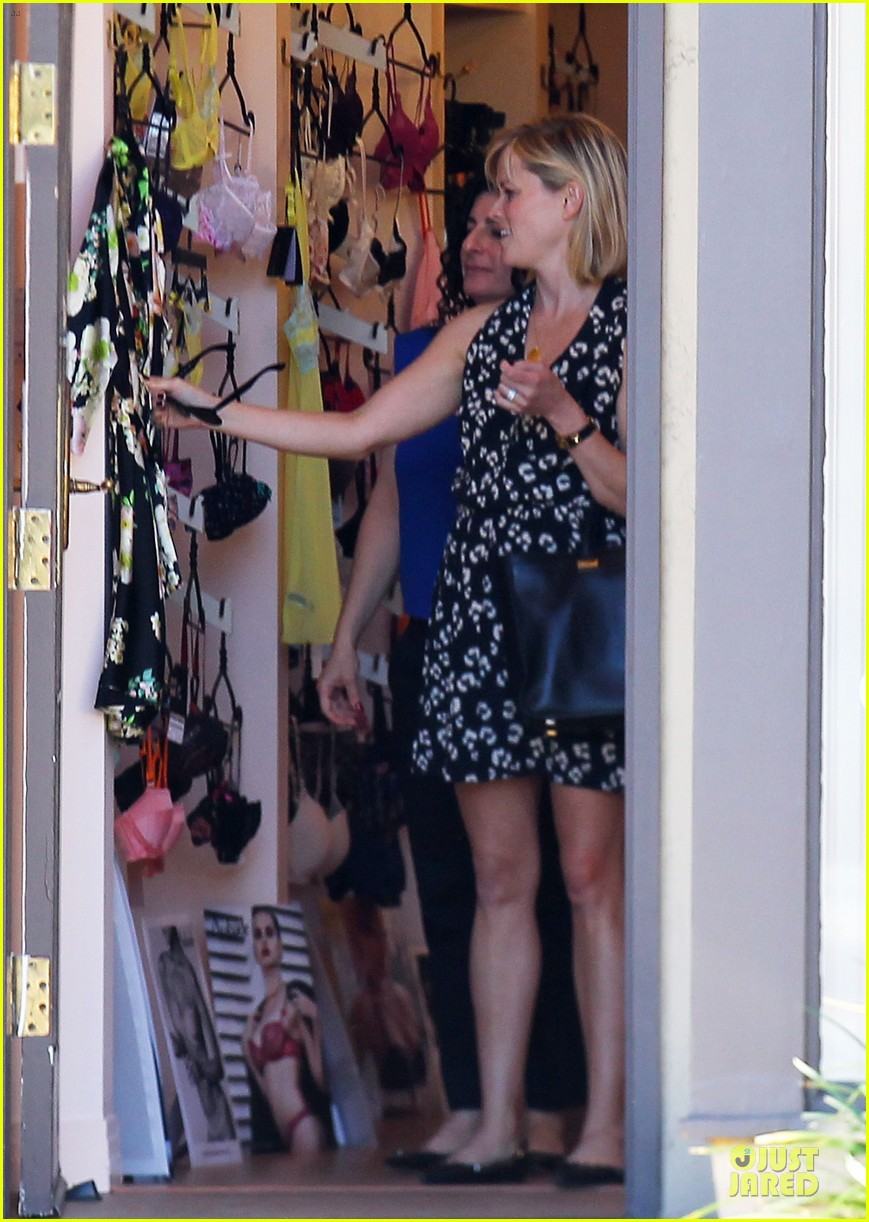 reese witherspoon shopping trips after golden globes 103031304