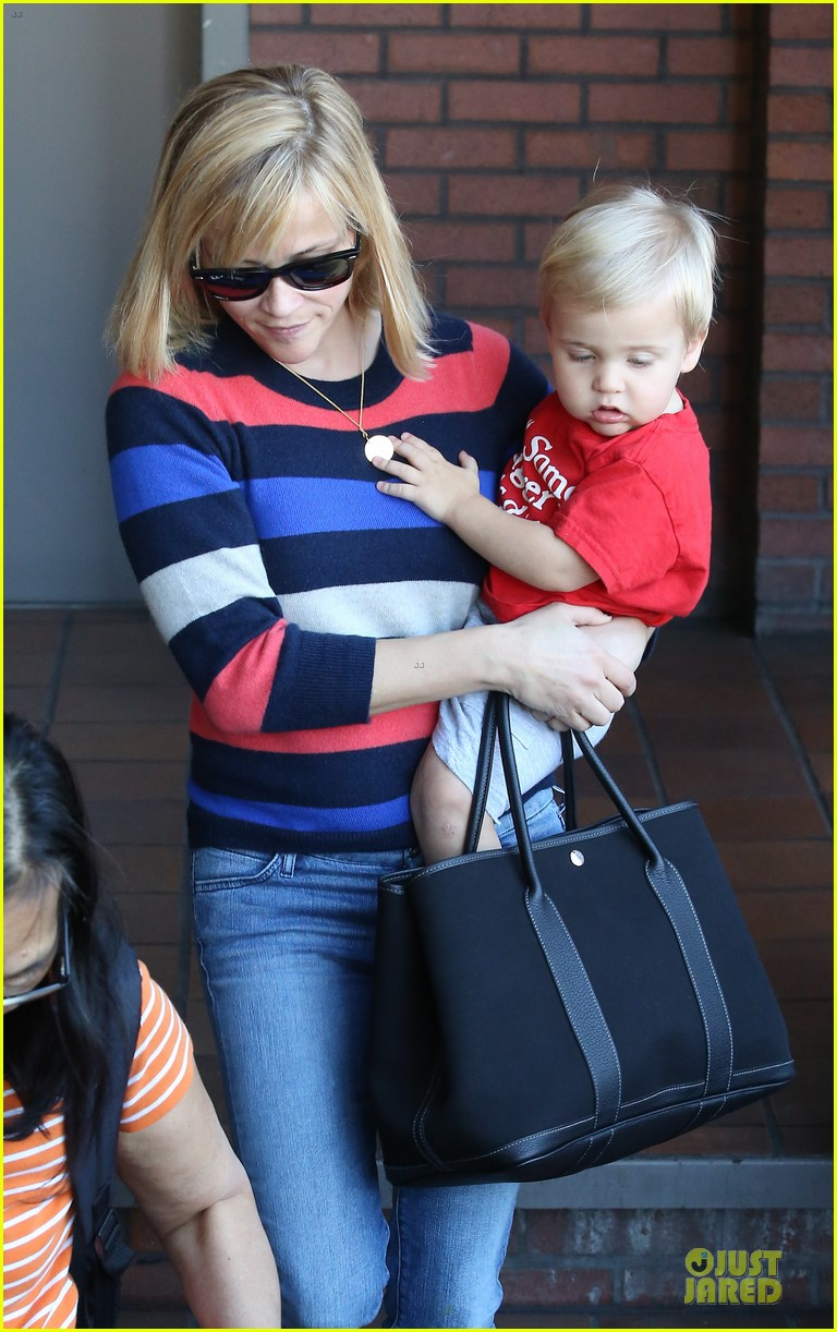 reese witherspoon shopping trips after golden globes 133031307