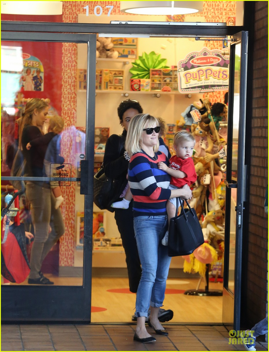 reese witherspoon shopping trips after golden globes 14