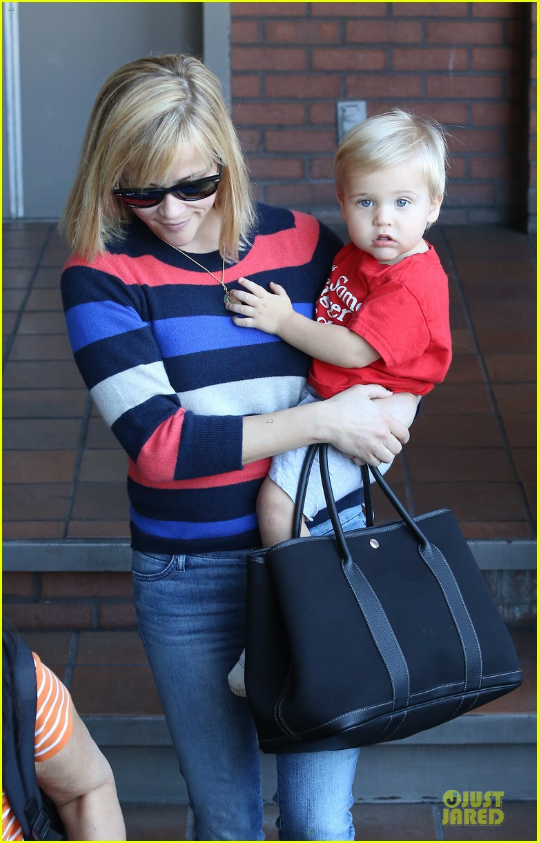 reese witherspoon shopping trips after golden globes 163031310