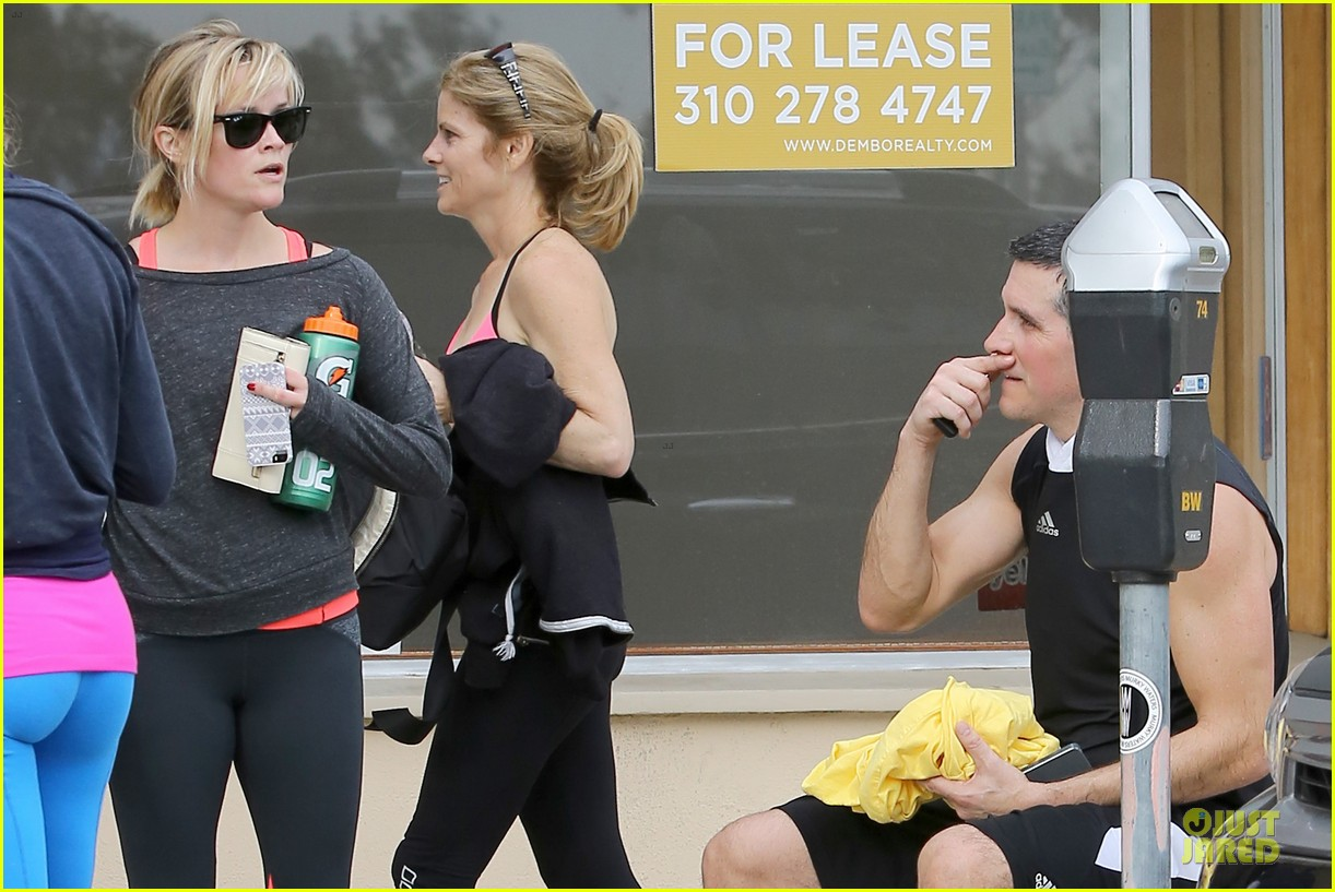 reese witherspoon wraps the week with lax airport departure 093039514