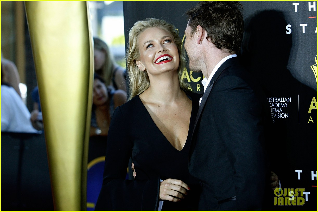 sam worthington lara bingle aacta awards ceremony 2014 073044052