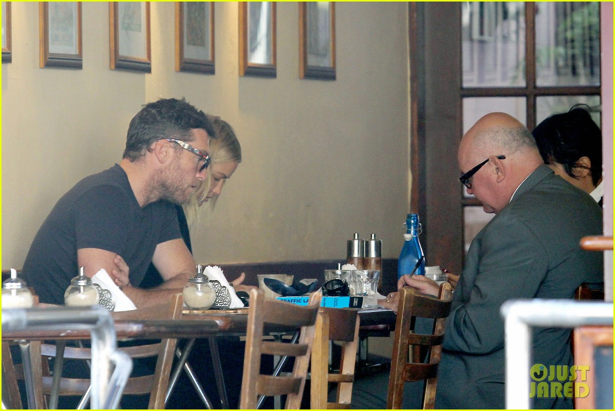 sam worthington lara bingle lunch before her court appearance 093042768