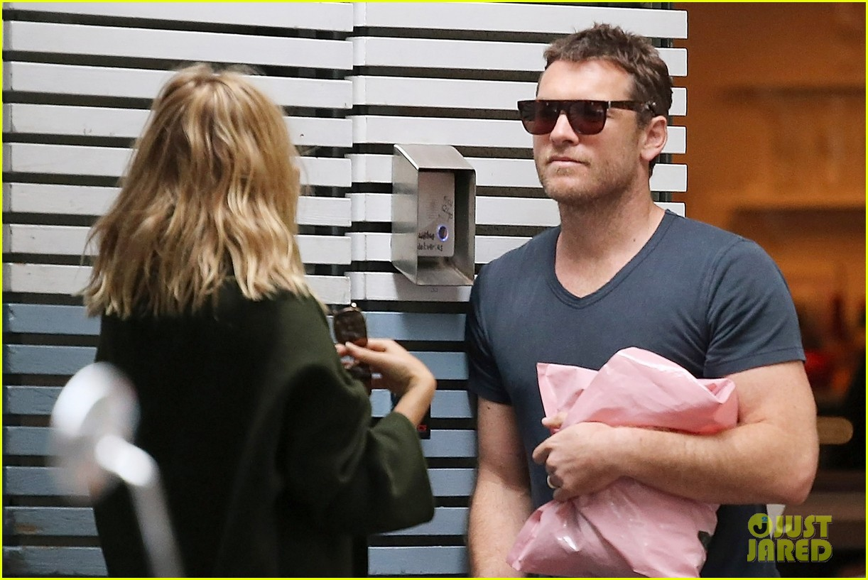 sam worthington lara bingle wear matching rings on that finger 073038653