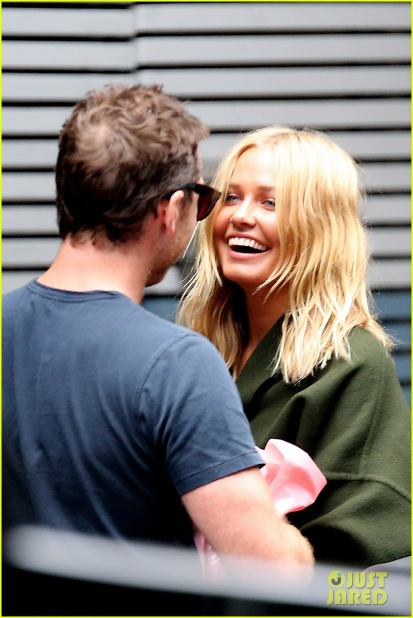 sam worthington lara bingle wear matching rings on that finger 14