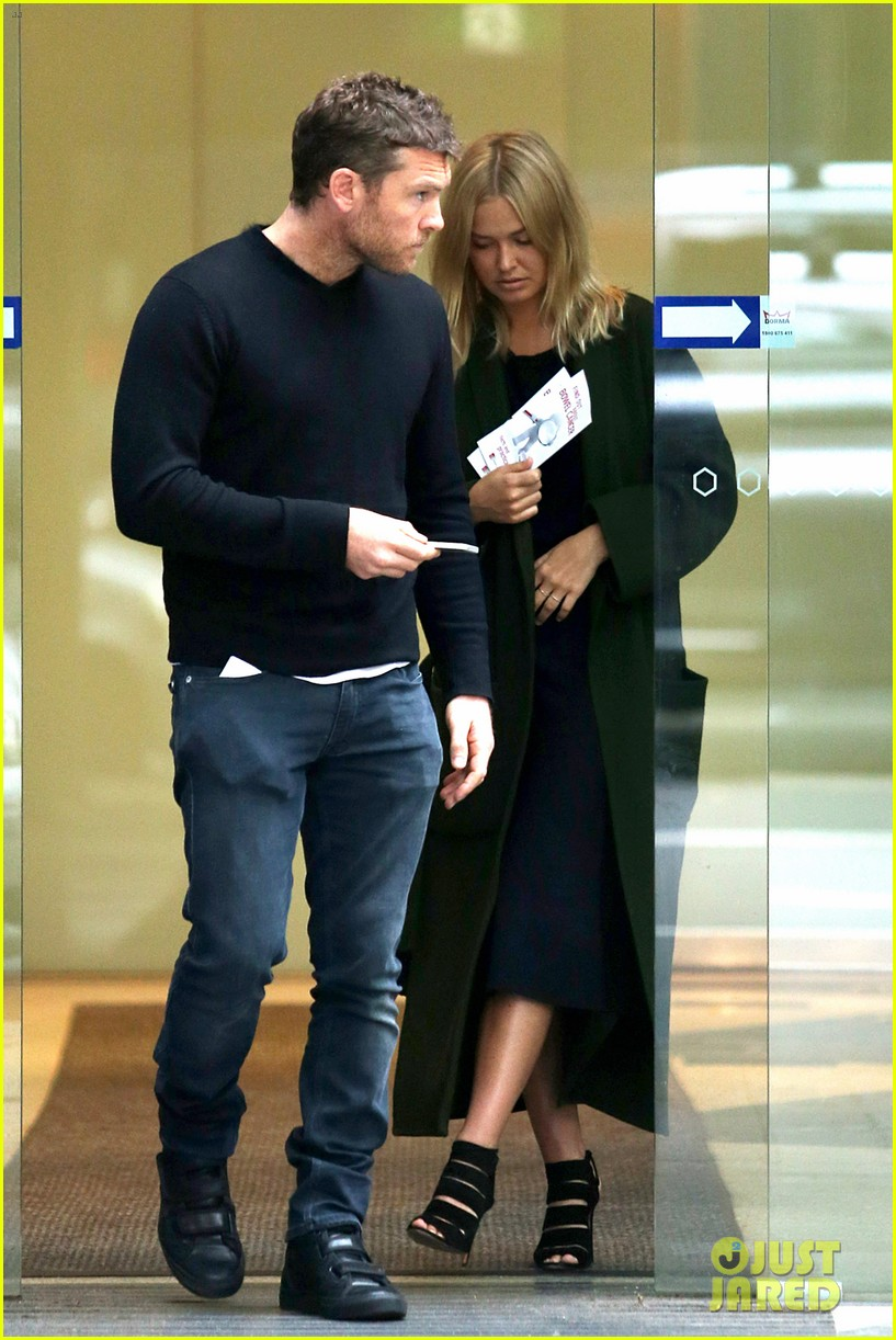 sam worthington lara bingle wear matching rings on that finger 353038681