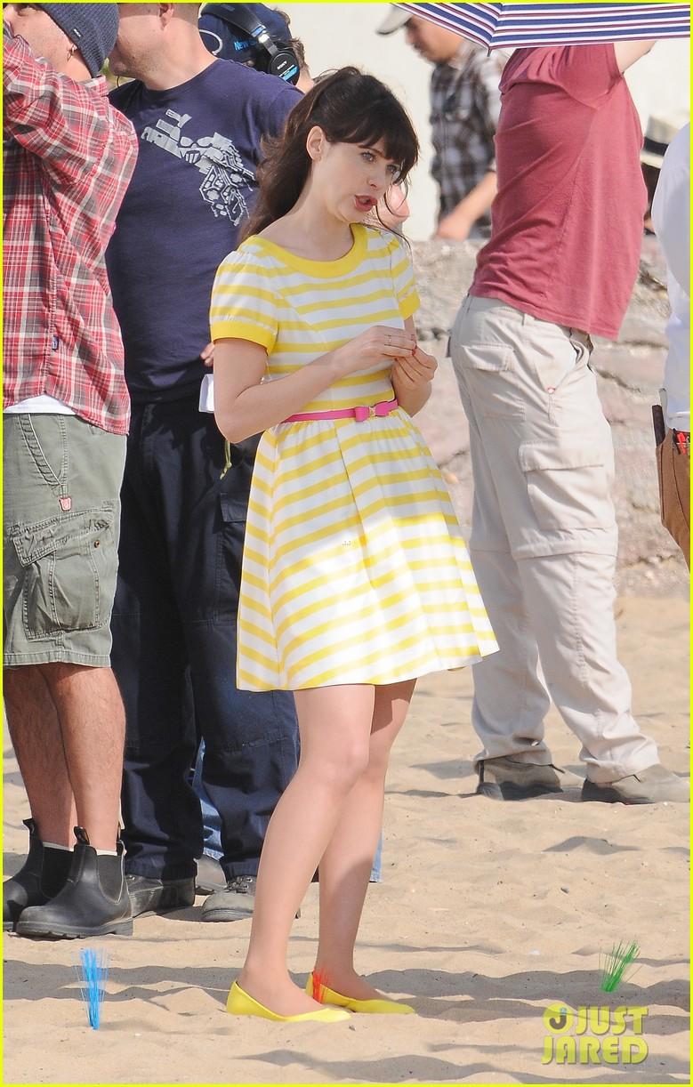 zooey deschanel new girl beach scenes with the cast 013039342