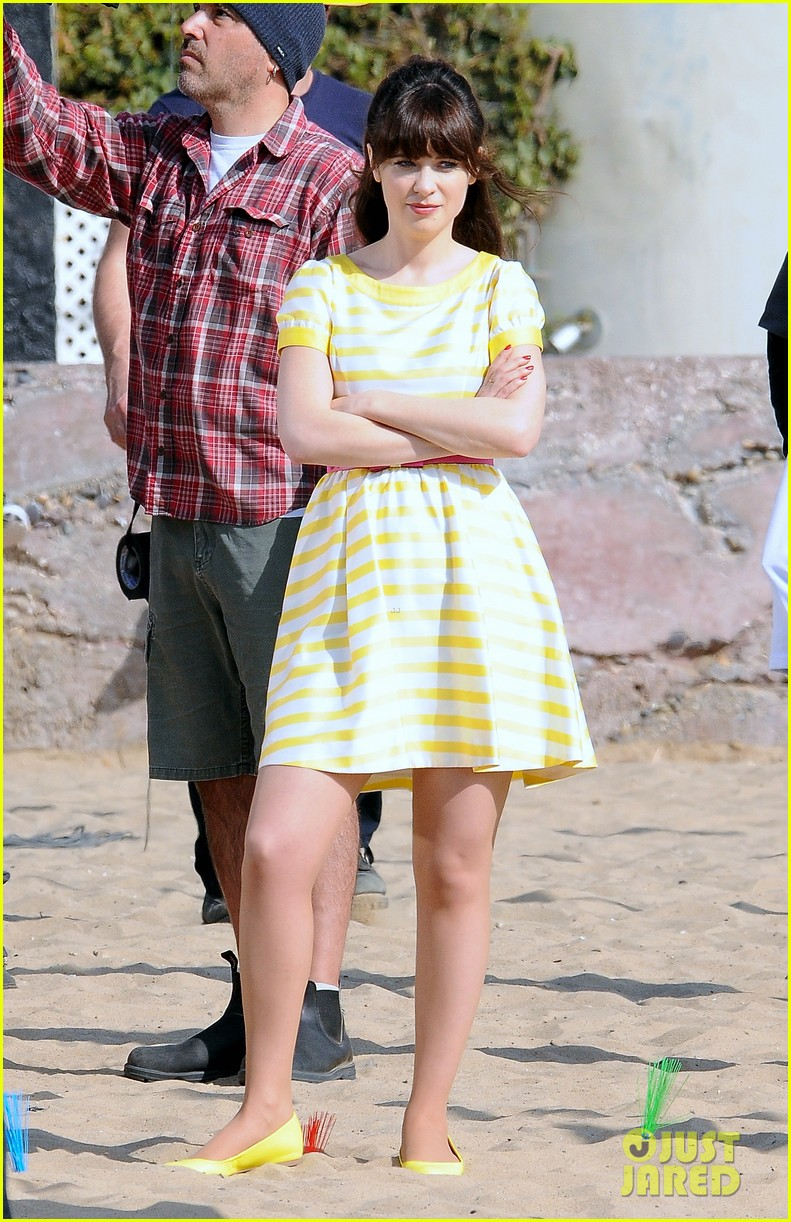 zooey deschanel new girl beach scenes with the cast 063039347