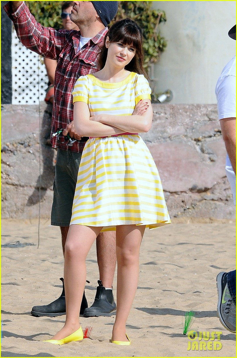 zooey deschanel new girl beach scenes with the cast 123039353