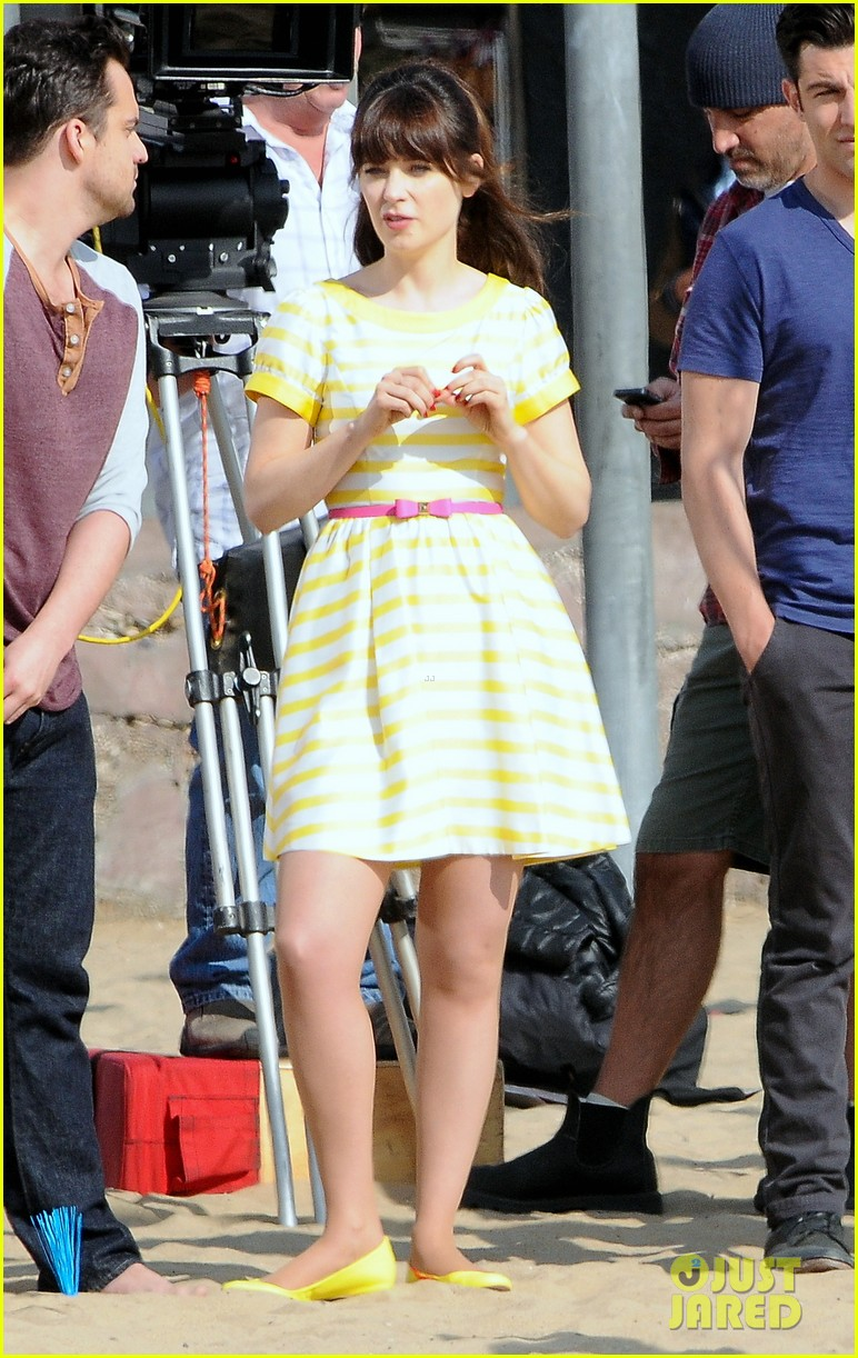 zooey deschanel new girl beach scenes with the cast 153039356
