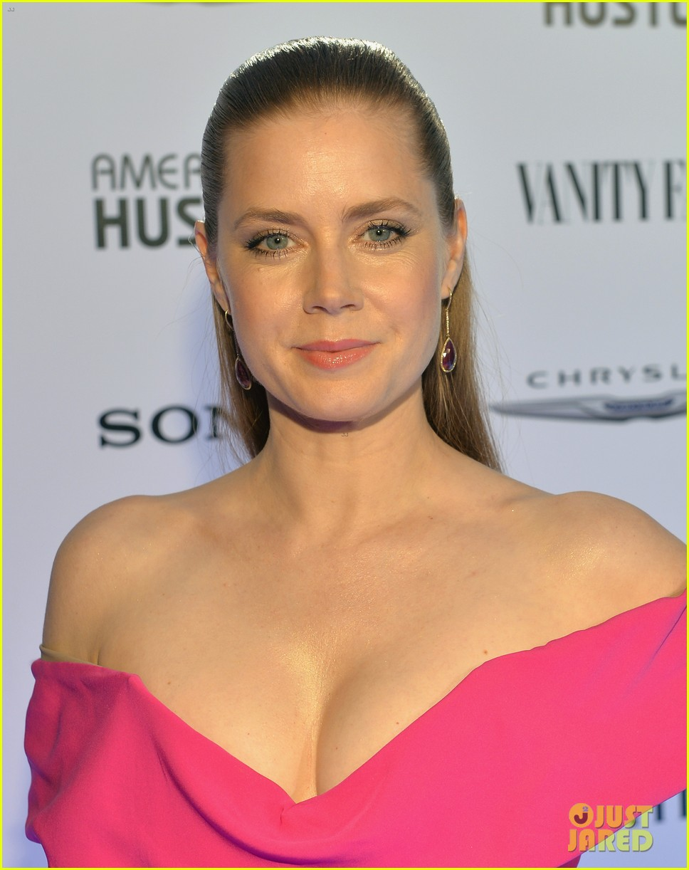 amy adams helps honor american hustle at vanity fair event 03