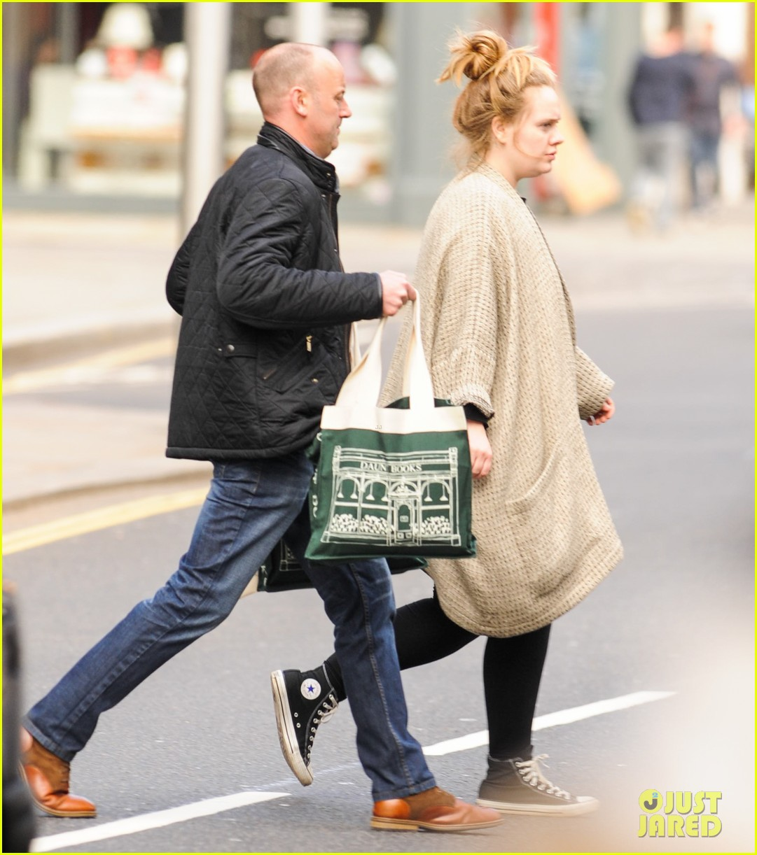 adele makes rare public appearance while shopping sans makeup 053057158