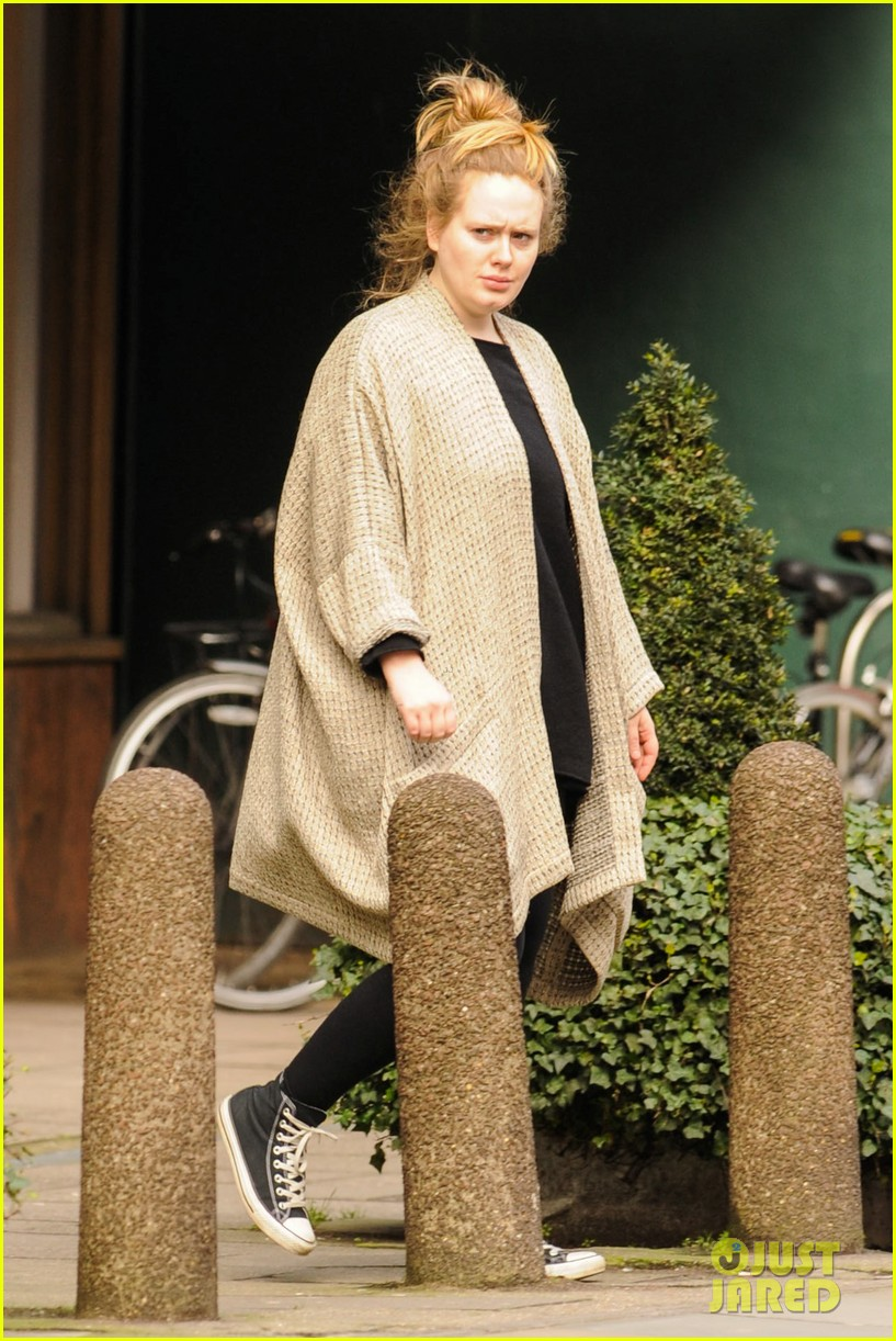 adele makes rare public appearance while shopping sans makeup 113057164