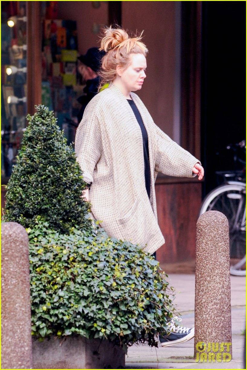 adele makes rare public appearance while shopping sans makeup 123057165