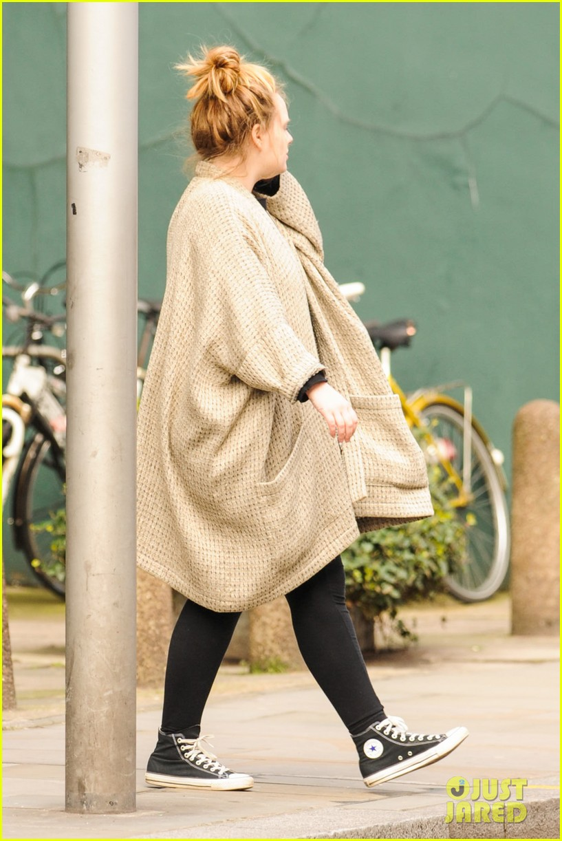 adele makes rare public appearance while shopping sans makeup 153057168