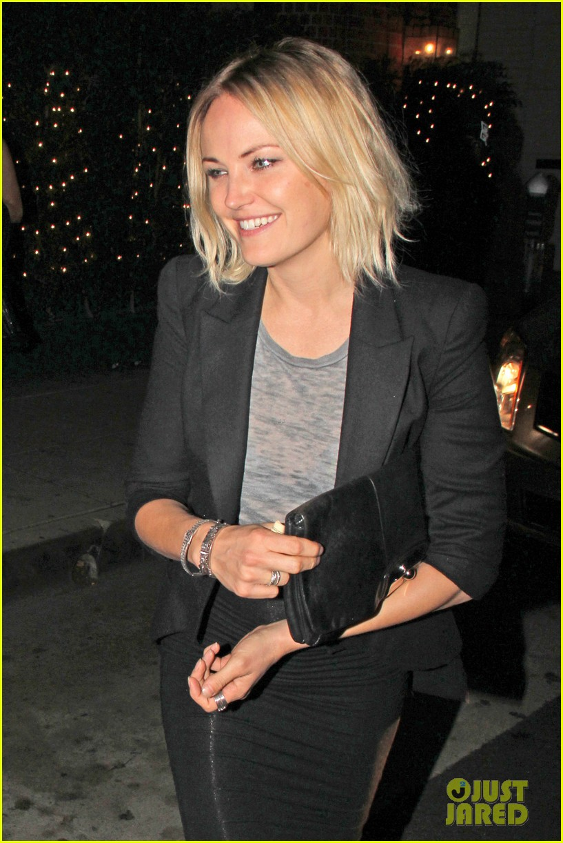 malin akerman shows off sebastians cool new carseat 113052863