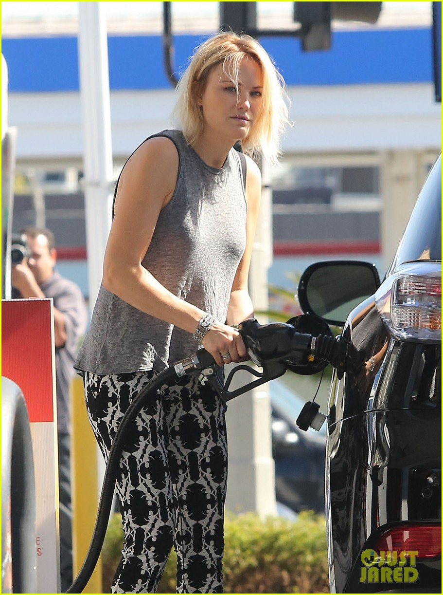 malin akerman shows off sebastians cool new carseat 133052865
