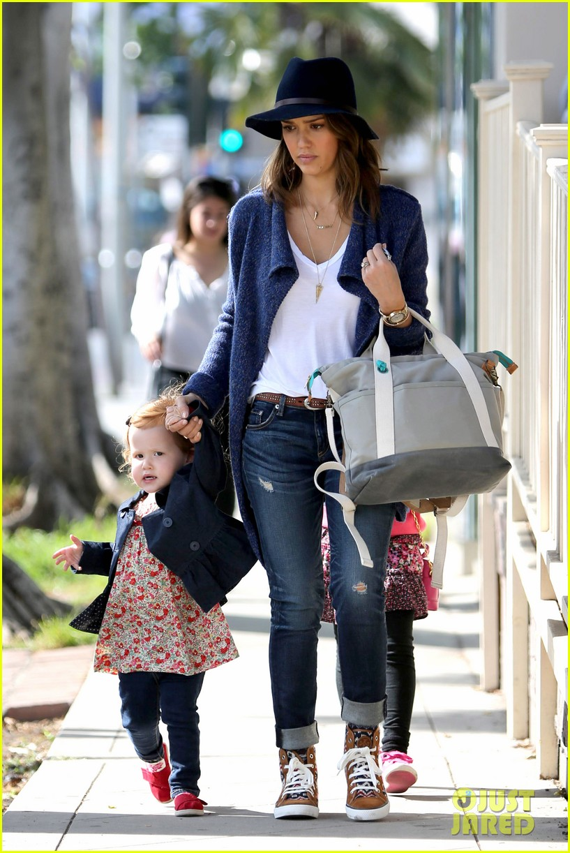 jessica alba celebrates with gwen stefani at baby show 023050401