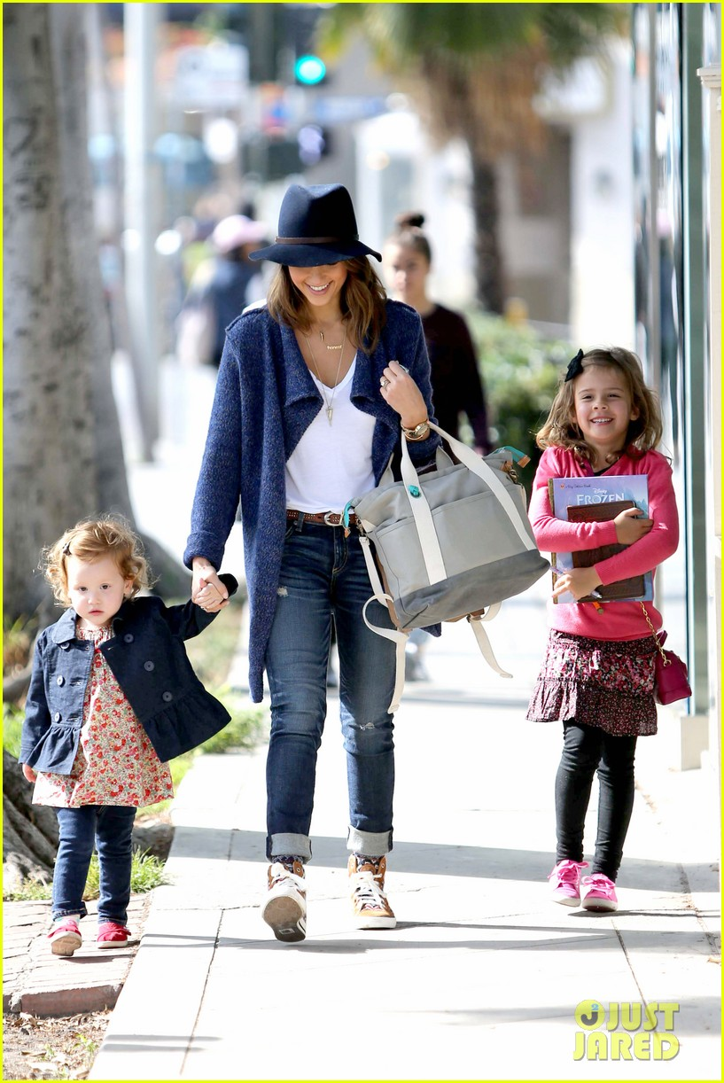 jessica alba celebrates with gwen stefani at baby show 193050418