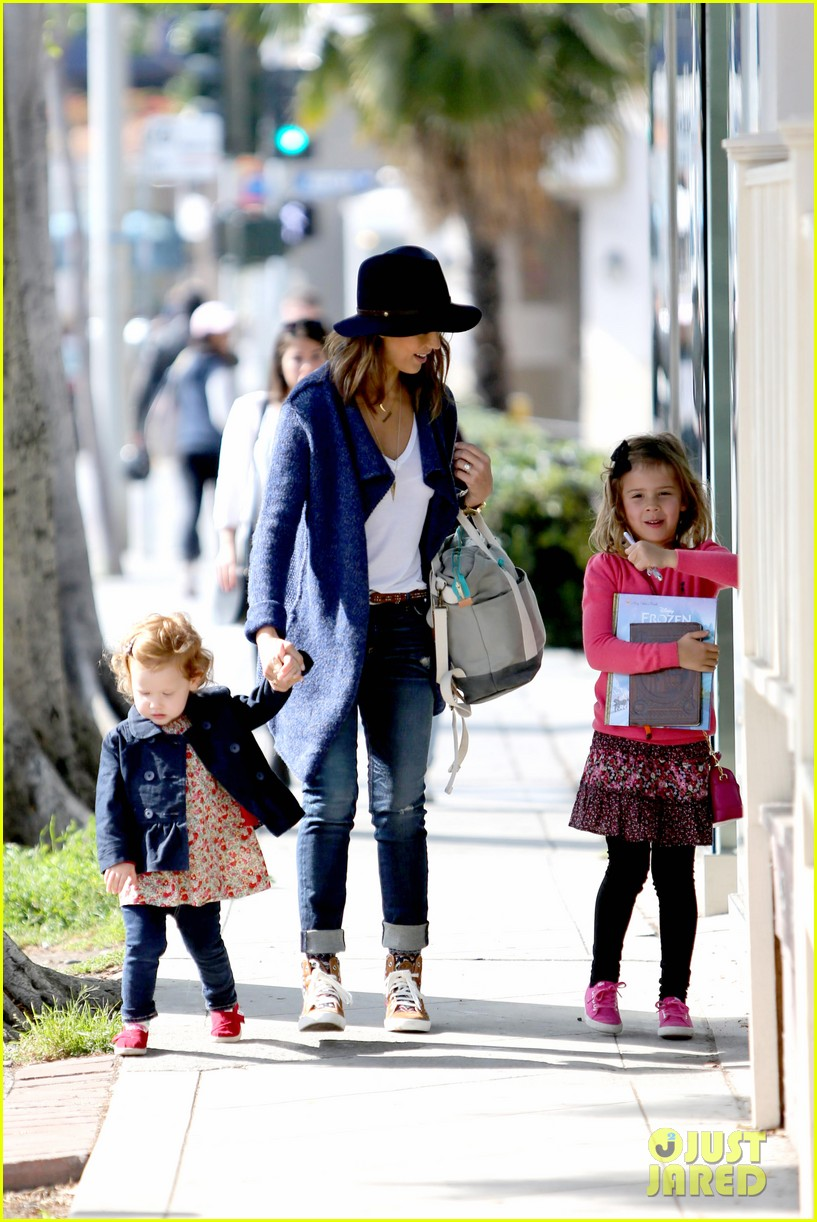 jessica alba celebrates with gwen stefani at baby show 243050423