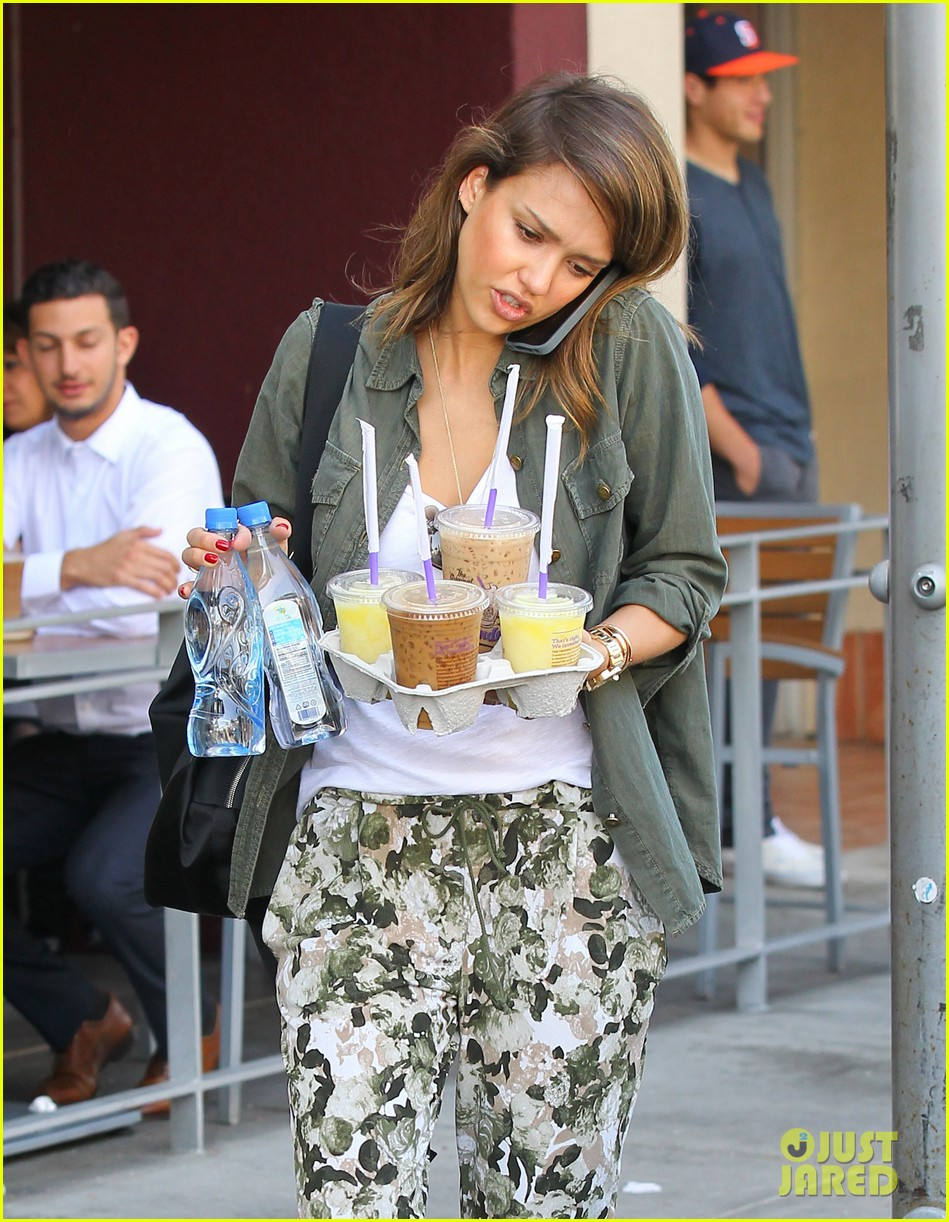 jessica alba is quite the multitasker in los angeles 093059457