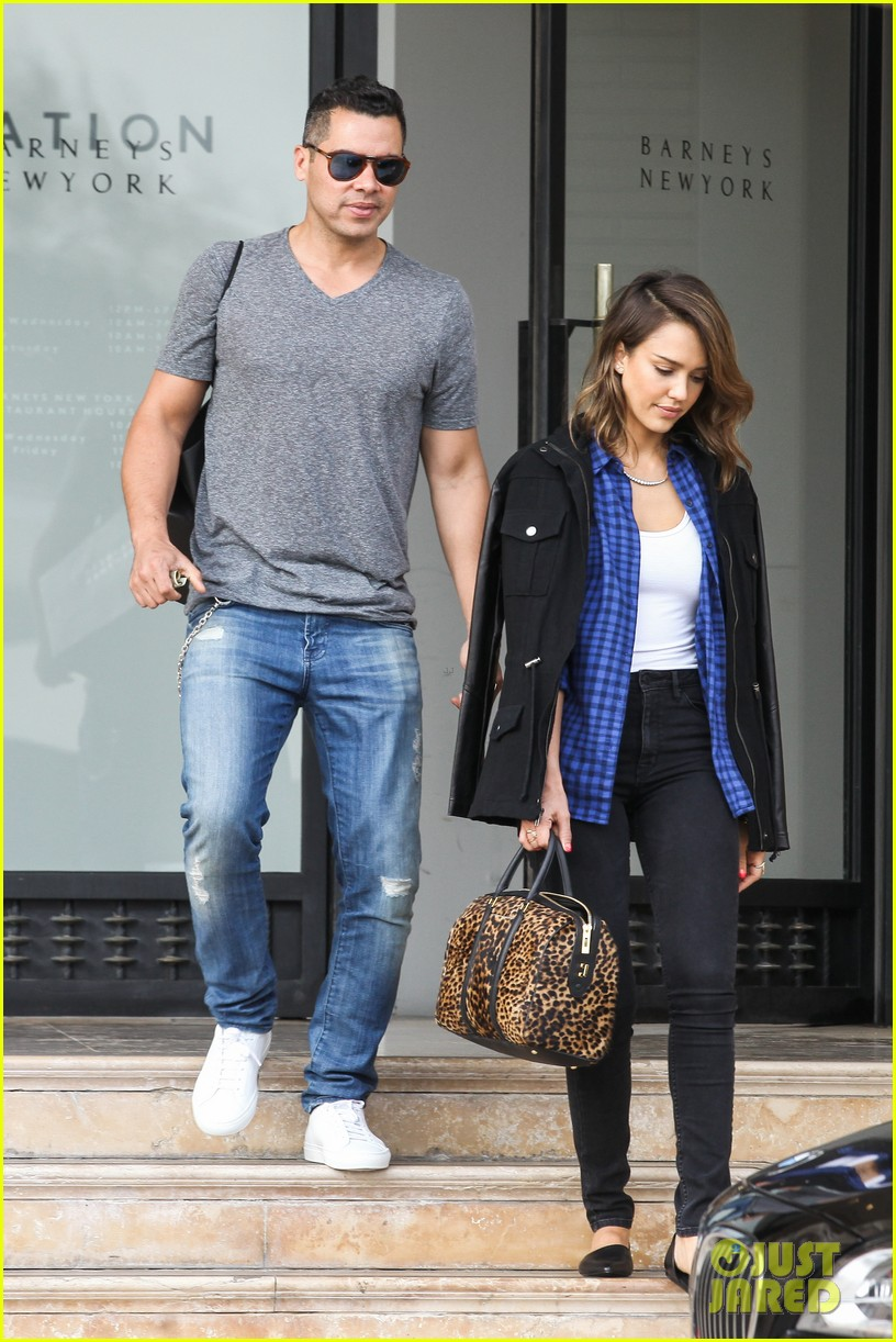 jessica alba comes to the rescue after haven takes a tumble 013054992