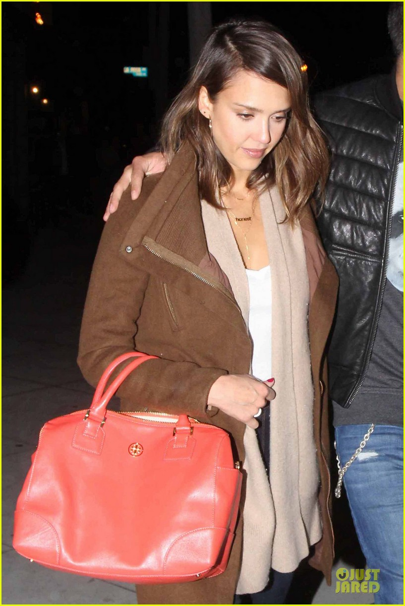 jessica alba catches ride along on super bowl sunday 023047263
