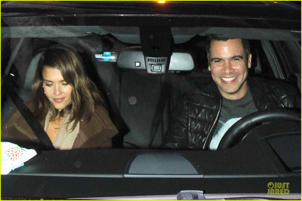 jessica alba catches ride along on super bowl sunday 08
