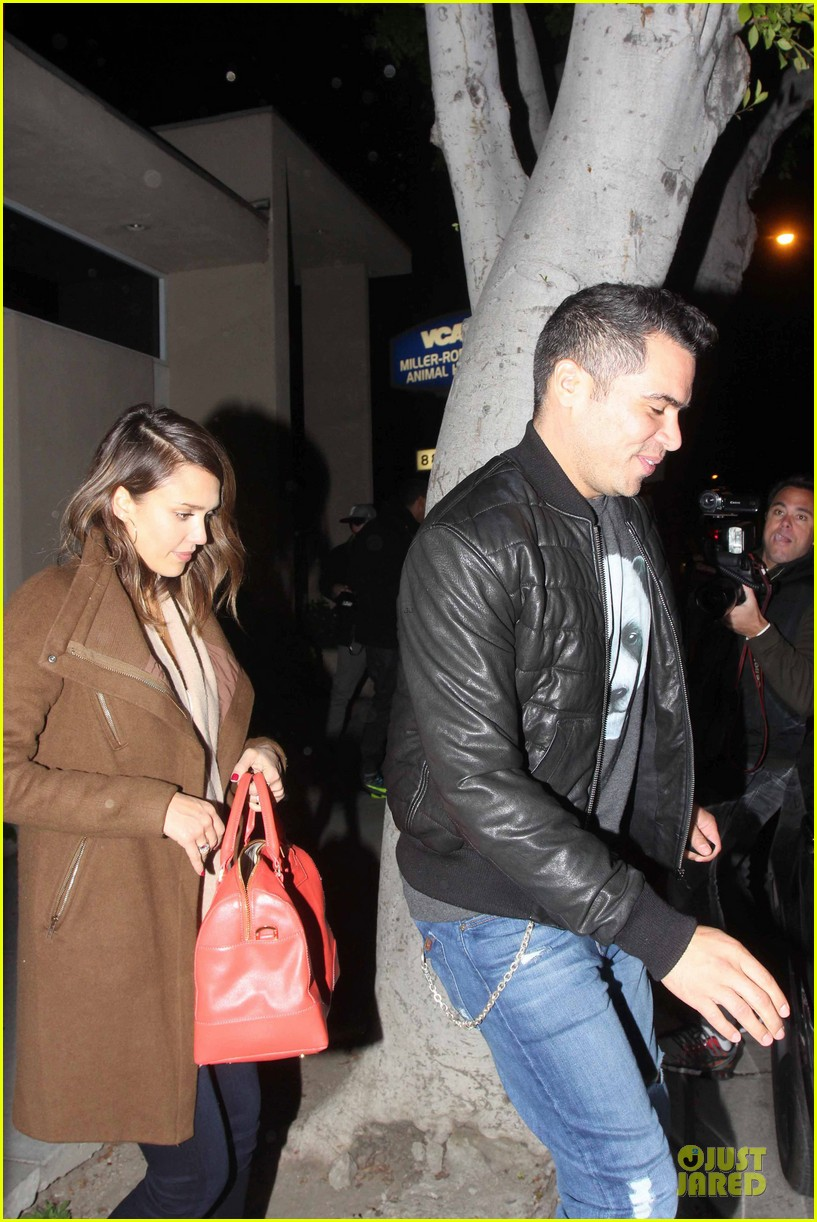 jessica alba catches ride along on super bowl sunday 133047274