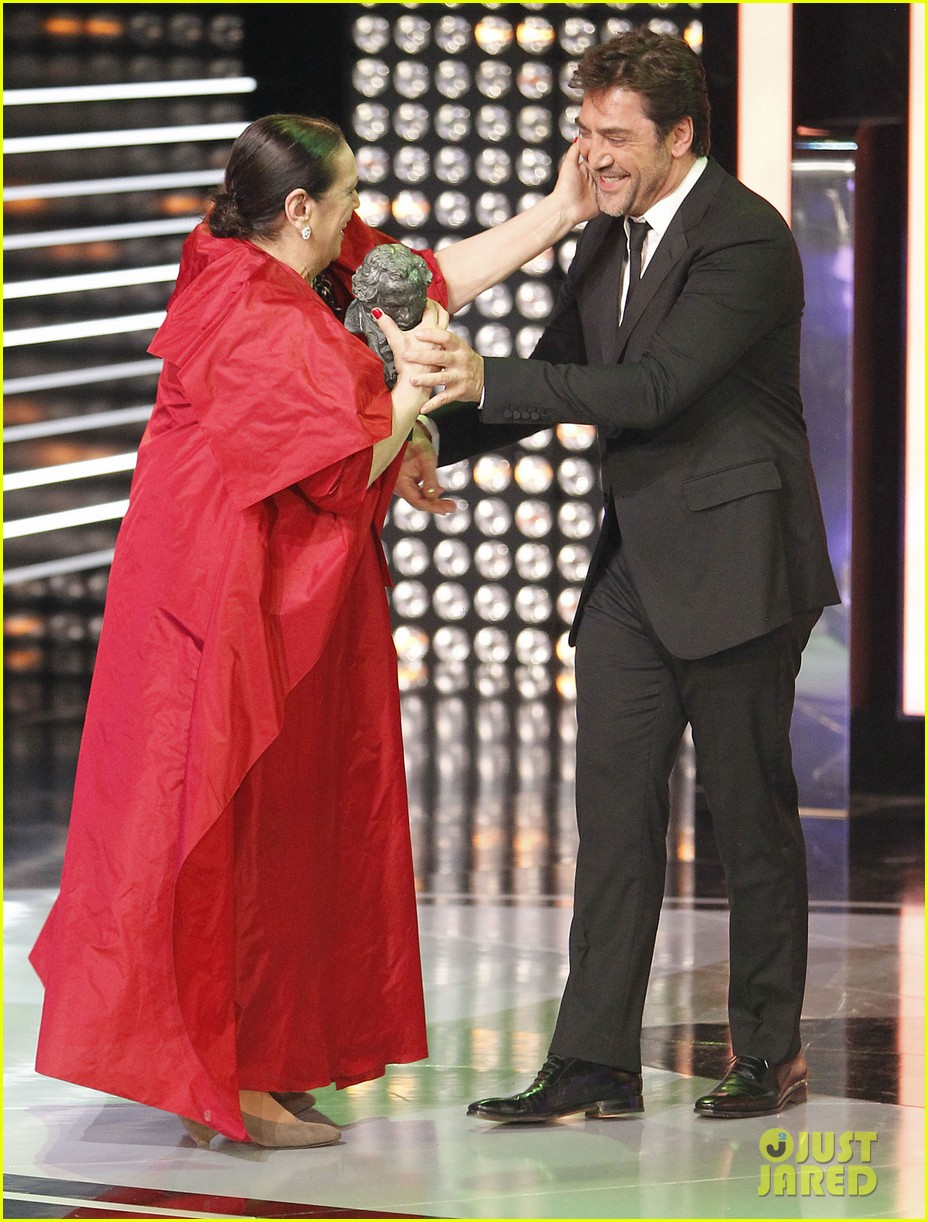 javier bardem brings mom pilar to goya awards 2014 023050486