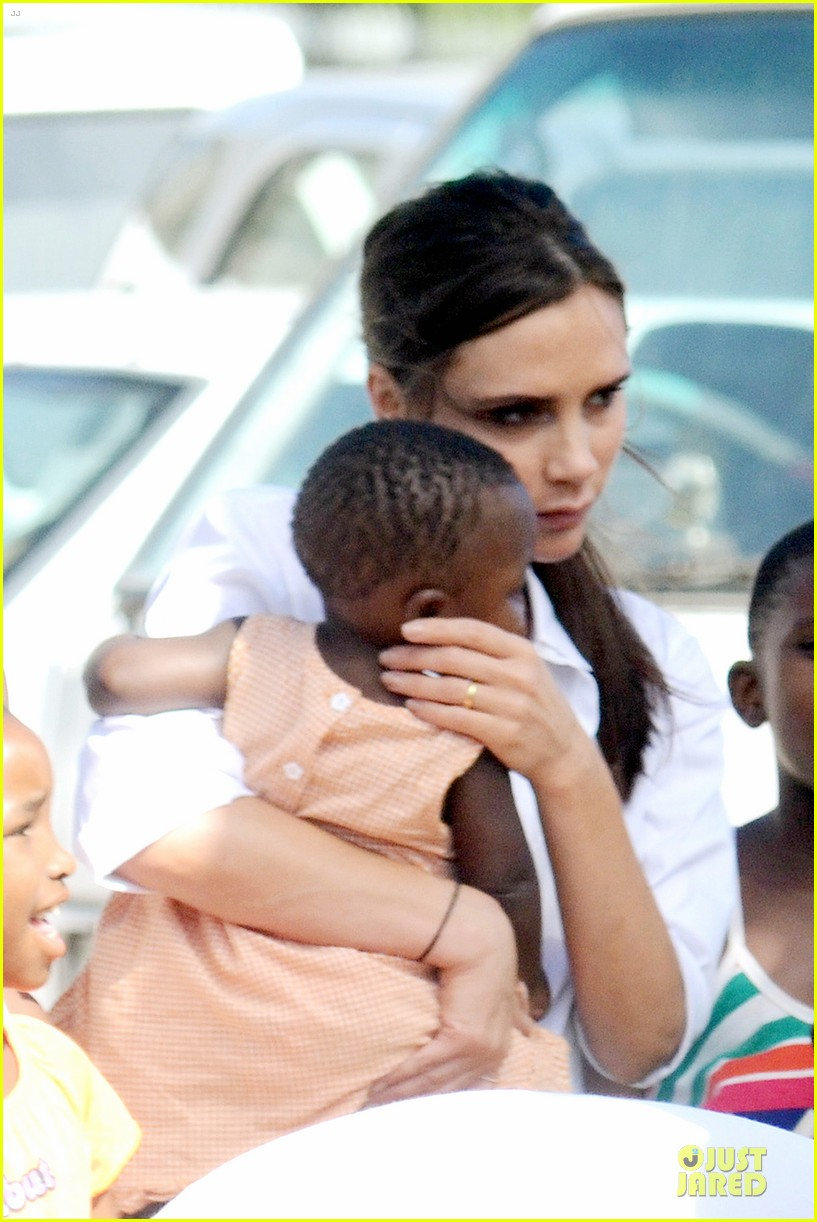 victoria beckham spends time with lalela children in cape town 043059928