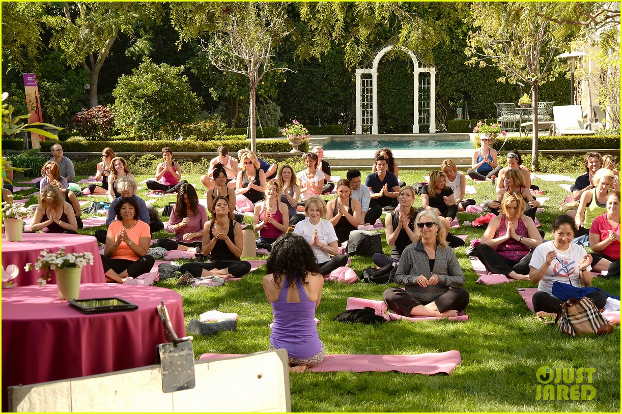 kate beckinsale gives back with yoga fundraiser pink joins in to help fight breast cancer 033053314