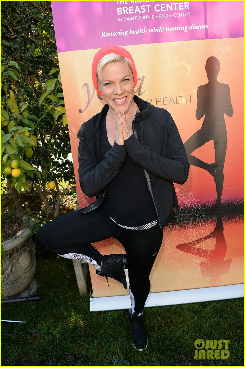kate beckinsale gives back with yoga fundraiser pink joins in to help fight breast cancer 043053315