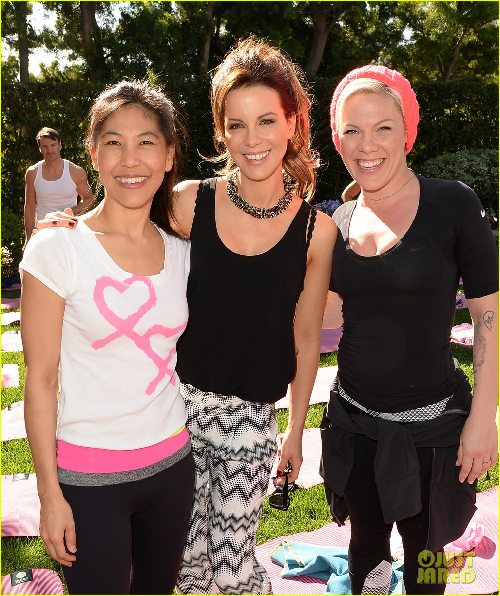 kate beckinsale gives back with yoga fundraiser pink joins in to help fight breast cancer 063053317