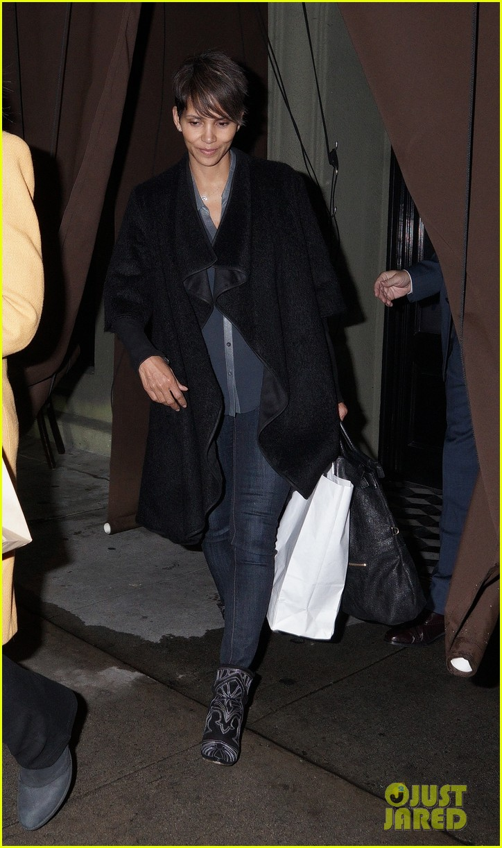 halle berry craigs take out on super bowl night 013046738